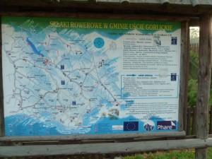 Tablica z funduszów unijnych z zielonym szlakiem na Ostry Wierch
